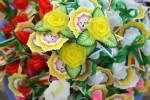 In huy hiệu, đế hoa sen Vu Lan bằng giấy hình trái tim, hình bông hoa, hình cờ đuôi nheo