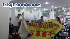 Khách hàng kiểm tra sản phẩm in khi nhận hàng tại 365 Lê Quang Định