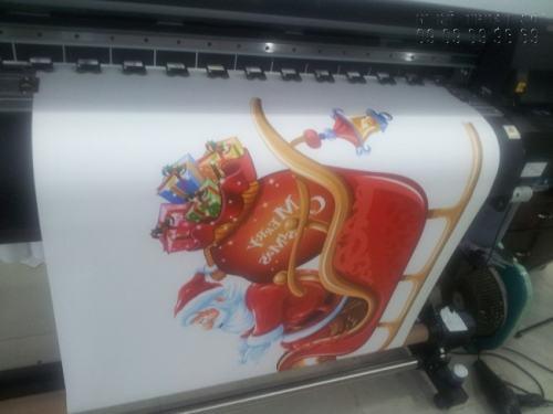 In decal dán tường khổ lớn hình ảnh ông già Noel mừng Giáng Sinh, dán trang trí cửa hàng, in ấn trực tiếp tại In Kỹ Thuật Số trên máy dầu Mimaki Nhật Bản - đảm bảo hình ảnh sắc nét