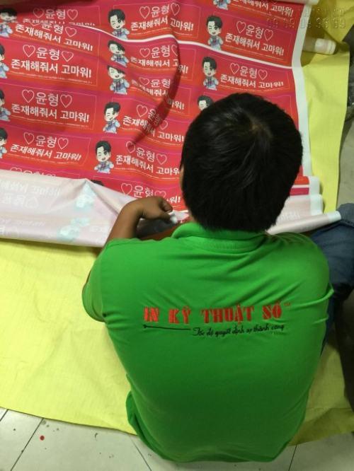 Nhân viên In Kỹ Thuật Số đang gia công sản phẩm in vải Silk cho khách hàng Hàn Quốc