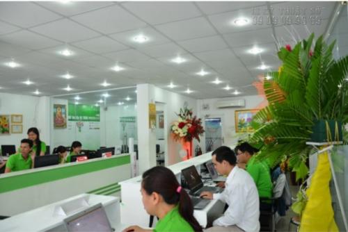 Nhân viên tư vấn và hỗ trợ đặt in uv bạt đế xám từ khách hàng tại Công ty In Kỹ Thuật Số