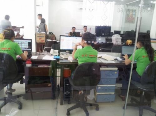 Nhân viên tư vấn và hỗ trợ đặt in phông nền từ khách hàng tại Công ty In Kỹ Thuật Số