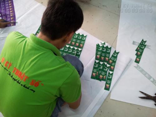 Nhân viên In Kỹ Thuật Số đang gia công thành phẩm in đuôi nheo cho khách hàng