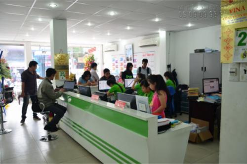 Nhân viên tư vấn và hỗ trợ đặt in băng rôn, khẩu hiệu từ khách hàng tại Công ty In Kỹ Thuật Số