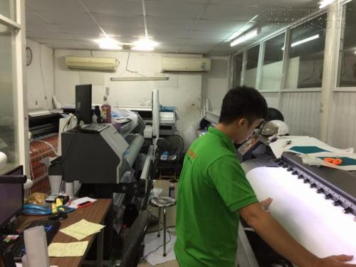 Thực hiện in UV cao cấp, in decal, tem nhãn, sticker các loại bằng máy in sử dụng đầu phun in Nhật Bản cho độ mịn cao, mực không bị lem, chữ không bị nhòe, in đẹp