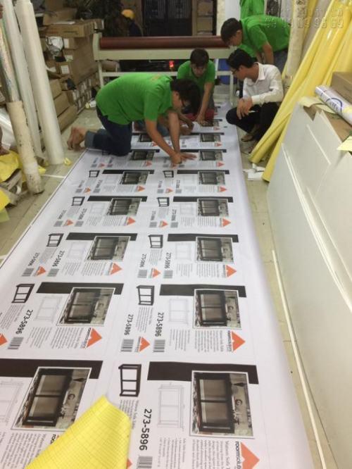Nhân viên gia công thành phẩm in ấn cho khách hàng