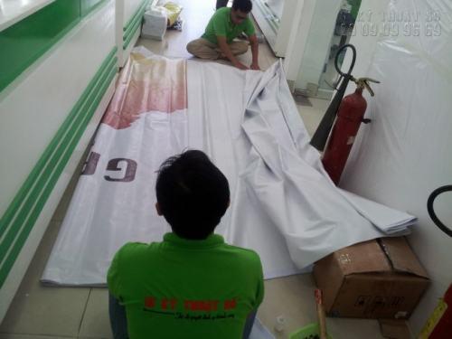 Công Ty In Nhanh còn trực tiếp gia công backdrop cưới như đóng khoen, đục lỗ,... đảm bảo chất lượng cho khách hàng
