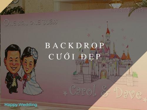 Backdrop cưới đơn giản với màu sắc tươi trẻ, hình ảnh cô dâu, chú rể dễ thương, ngộ nghĩnh
