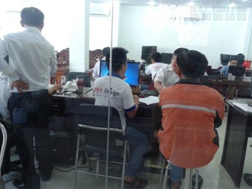 Hỗ trợ khách hàng làm file thiết kế tại văn phòng của In Kỹ Thuật Số