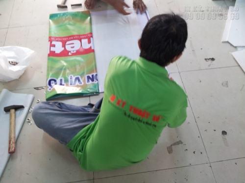 Gia công đóng khoen cho banner hiflex treo phía trước cửa hàng - thực hiện gia công tại In Kỹ Thuật Số