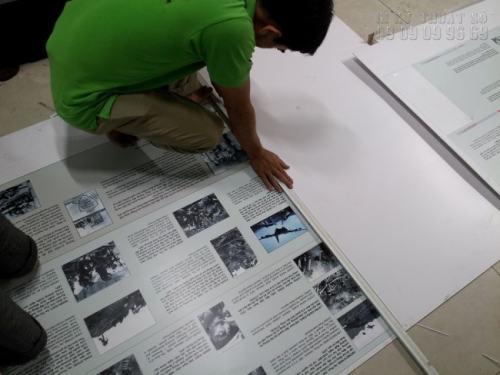 Gia công cán bồi format cho tấm bảng tên nhỏ giới thiệu thông tin, lịch sử bức tranh triển lãm