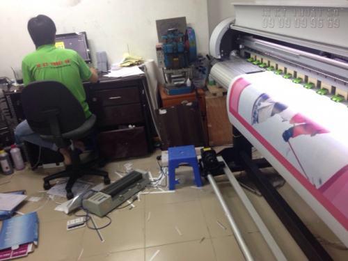 Nhân viên kỹ thuật nhận file in, dàn file in, thực hiện in và giám sát quá trình in ấn