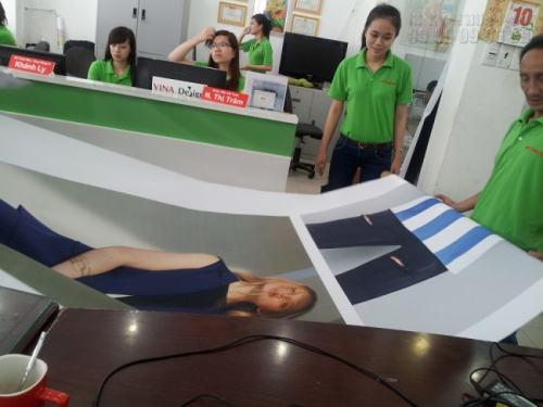 Hỗ trợ khách hàng kiểm tra hàng in khi giao nhận tại văn phòng in ấn