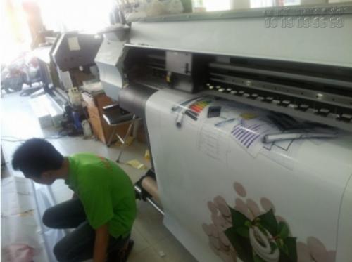 Dàn máy in UV hiện đại, kỹ thuật cao đang thực hiện in pp UV cho khách hàng
