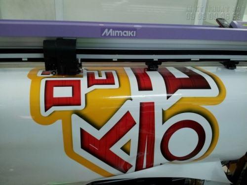 Máy Mimaki đang tiến hành bế Decal dán quảng cáo bám sát đường viền thành phẩm