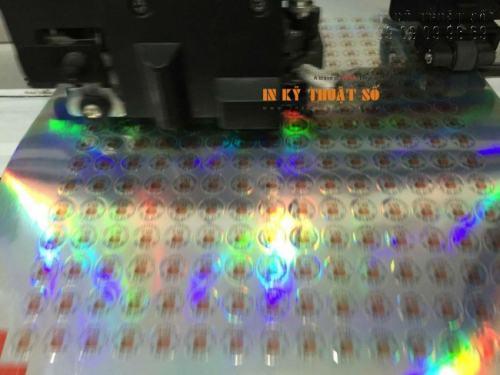 Những con tem decal 7 màu nhỏ nhắn đang được bế tỉ mỉ bằng máy bế Mimaki. Thành phẩm được bế sắc nét, chuẩn xác, đảm bảo mang đến hàng nghìn con tem đều giống nhau như đúc, bế nhanh chóng đúng yêu cầu khách hàng