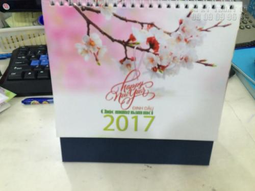 Mẫu lịch tết để bàn 2017 lấy chủ đề sắc hoa đào tươi đẹp