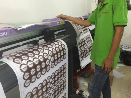 Nhân viên gia công Công ty TNHH In Kỹ Thuật Số - Digital Printing đang trực tiếp bế sản phẩm Decal PP bằng máy bế Mimaki, bế bám sát viền tem, đúng kích thước, tạo tính thẩm mỹ cao