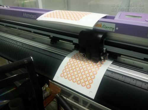 Trực tiếp bế tem nhãn decal, decal dán chai lọ bằng máy bế hoạt động theo tiêu chuẩn cao từ Nhật Bản Mimaki tại Công ty TNHH In Kỹ Thuật Số