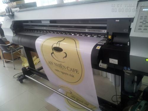 Công ty TNHH In Kỹ Thuật Số trực tiếp tiến hành in Decal quảng cáo bằng máy in khổ lớn nhập khẩu từ Nhật Bản mang lại hiệu quả cao. Máy in đang thực hiện in Decal quảng cáo cho quán Cafe An Nhiên