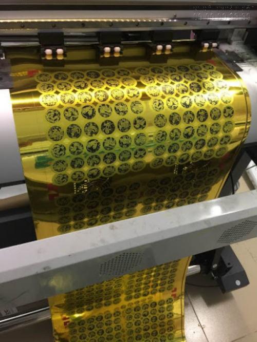 Tem vàng in UV cực đẹp bằng máy in sử dụng công nghệ hiện đại được nhập khẩu từ Nhật Bản bởi In Kỹ Thuật Số