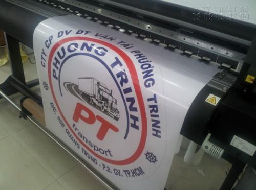 Máy in công nghệ cao đang tiến hành in Decal logo công ty cho CTy CP DV ĐT Vận tải Phương Trinh