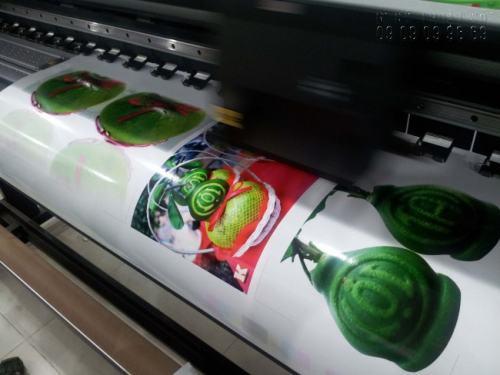 Trực tiếp in Decal bằng máy in phun hiện đại Nhật Bản cho bản in tuyệt đẹp. Máy in đang thực hiện in Decal sữa hình ảnh Tết cho quý khách hàng