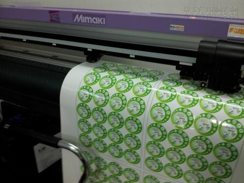 Công ty TNHH In Kỹ Thuật Số - Digital Printing chuyên sử dụng máy bế Mimaki Nhật Bản để gia công cấn bế thành phẩm Decal cán màng bóng sau in chất lượng cao, bế chính xác theo đường viền