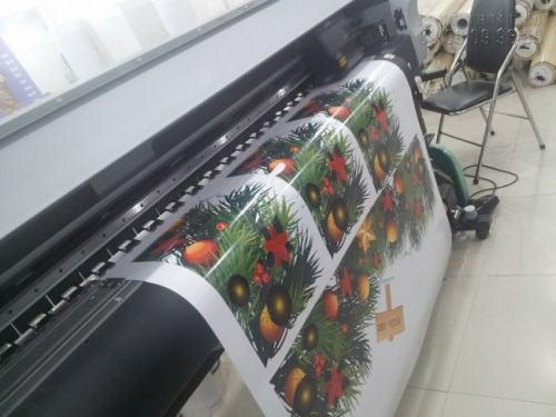 Công ty TNHH In Kỹ Thuật Số chuyên trực tiếp in ấn Decal dán tường trang trí bằng máy in khổ lớn sử dụng công nghệ hiện đại từ Nhật Bản cho độ mịn cao, hình ảnh tuyệt đẹp, sắc nét