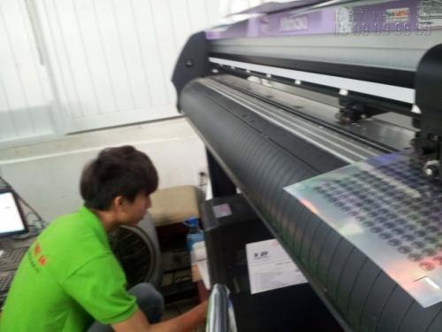 Nhân viên gia công Công ty TNHH In Kỹ Thuật Số bế Decal trực tiếp bằng máy bế Mimaki chuyên nghiệp cho thành phẩm đảm bảo đúng kích thước yêu cầu và thẩm mỹ cao