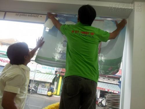 Thi công dán Decal lưới cho khách hàng