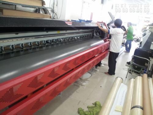 Nhân viên kỹ thuật in ấn đứng máy in, trực tiếp thực hiện đơn hàng in, giám sát hàng in