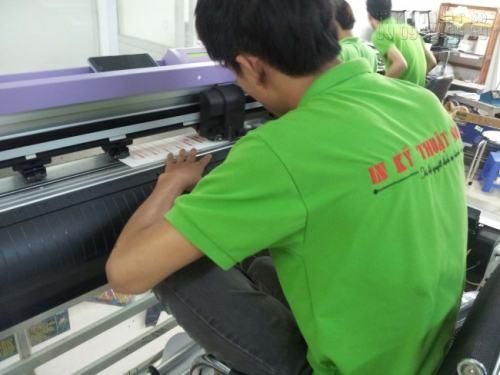Nhân viên InKyThuatSo đang gia công decal giấy làm tem nhãn bằng máy bế mắt thần Mimaki