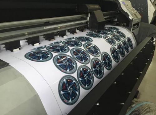InKyThuatSo trực tiếp in tem nhãn giá rẻ cho khách hàng bằng máy in cao cấp, sử dụng đầu phun Nhật Bnar cho chất lượng in siêu nét, không lem màu