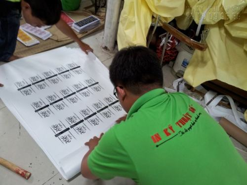 Nhân viên đang tiến hành gia công, hoàn thiện sản phẩm in decal dán