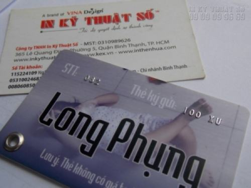 In thẻ nhựa làm thẻ ký gửi, thẻ nhựa được công ty in thẻ nhựa gia công cẩn thận với dập nổi, bấm khoen lỗ xỏ dây, móc khóa