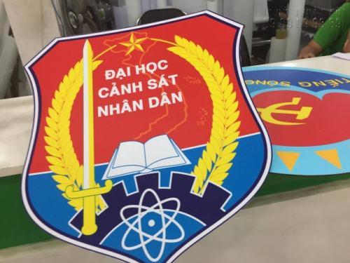 Logo hình tấm khiên được cắt laser gọn gàng trước khi dán bồi format