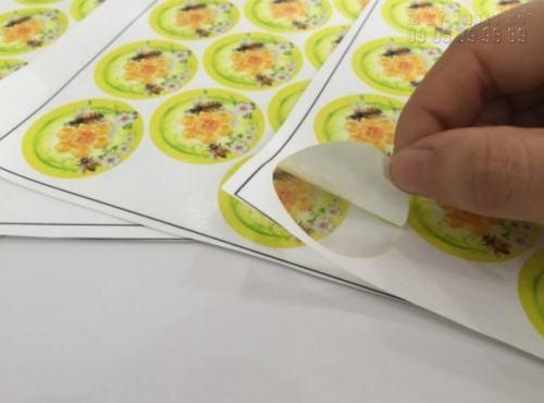 In tem dán sản phẩm dạng tròn dễ bóc lột, hình ảnh in nét, chất lượng cao, in ấn đẹp tại InKyThuatSo