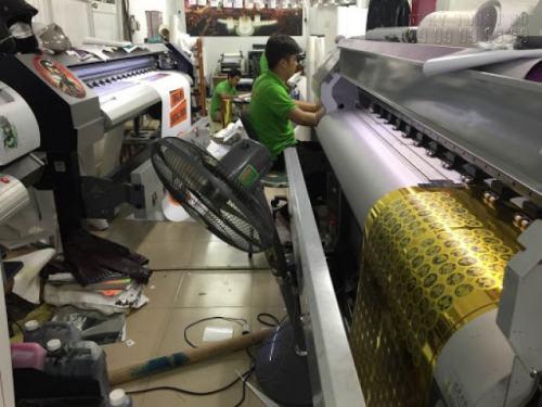 In tem nhãn hàng hóa trên chất liệu decal vàng, in Uv với trang thiết bị máy móc hiện đại cho chất lượng thành phẩm in sắc nét, không nhem mực, đáp ứng yêu cầu khách hàng