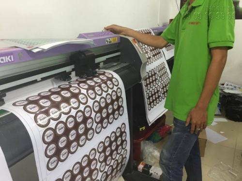 Tiến hành bế tem nhãn hàng hóa bằng máy bế chuyên nghiệp Mimaki sử dụng công nghệ mắt thần, cấn bế chính xác kích thước tem nhãn