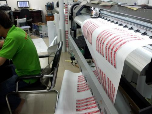 In Decal pp khổ lớn mực nước với hệ thống máy cắt bế decal chuyên dụng của Nhật Bản (Mimaki), Công ty In Kỹ Thuật Số có thể đáp ứng mọi yêu cầu về số lượng và chất lượng decal cần cắt bế.