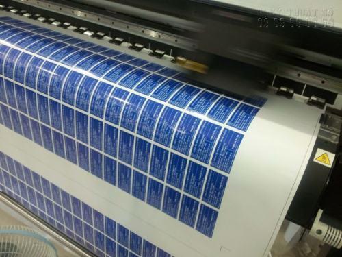 InKyThuatSo trực tiếp in tem dán trên máy in hiện đại, sử dụng đầu phun Nhật Bản cho độ mịn và sắc nét cao