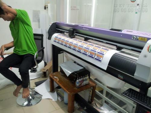 Nhân viên đang tiến hành bế tem decal sữa nhựa làm logo trên máy bế Mimaki