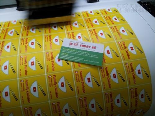 In decal làm tem nhãn dán hộp đồ ăn mang về tại In Kỹ Thuật Số cho hình rõ nét, lên màu chuẩn, màu tươi, dễ lột, dán, không bong tróc.