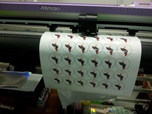 Tem nhãn dán sản phẩm được in bằng decal trong đang được tiến hành gia công bế trên máy bế Mimaki