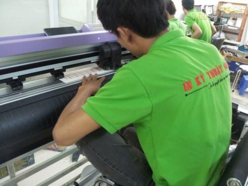 Nhân viên đang tiến hành gia công bế tem nhãn decal dán sản phẩm trên máy bế Mimaki được nhập khẩu trực tiếp từ Nhật Bản. Có thể thực hiện gia công những chi tiết cự kỳ nhỏ, yêu cầu độ tỉ mỉ mà gia công bằng tay không làm được.