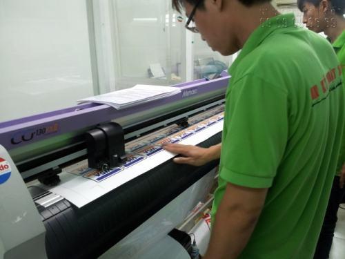 Nhân viên đang tiến hành bế tem nhãn với chất liệu decal nhựa (sữa) giá rẻ bằng máy bế Mimaki, công nghệ Nhật Bản, cho thành phẩm đúng chuẩn kích thước và đảm bảo độ thẩm mĩ cao.