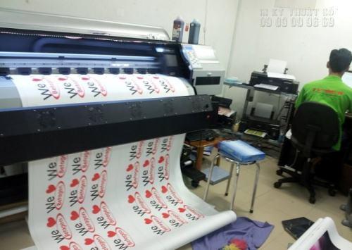 In decal sticker số lượng lớn đang được in trực tiếp trên máy in Nhật Bản với công nghệ in phun kỹ thuật số tại In Kỹ Thuật Số