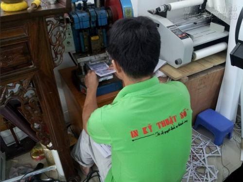 Nhân viên InKyThuatSo đang tiến hành gia công bo tròn 4 góc thẻ nhựa cao cấp cho khách hàng