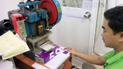 Với máy móc gia công chuyên nghiệp, mang lại thành phẩm in thẻ nhựa đẹp nhất. Gia công bo tròn 4 góc cho thẻ nhựa cao cấp tại InKyThuatSo